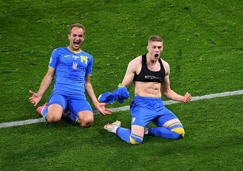 Ukrainas izlases uzbrucējs Artjoms Dovbiks (pa labi) gavilē pēc uzvaras vārtiem pret Zviedriju.