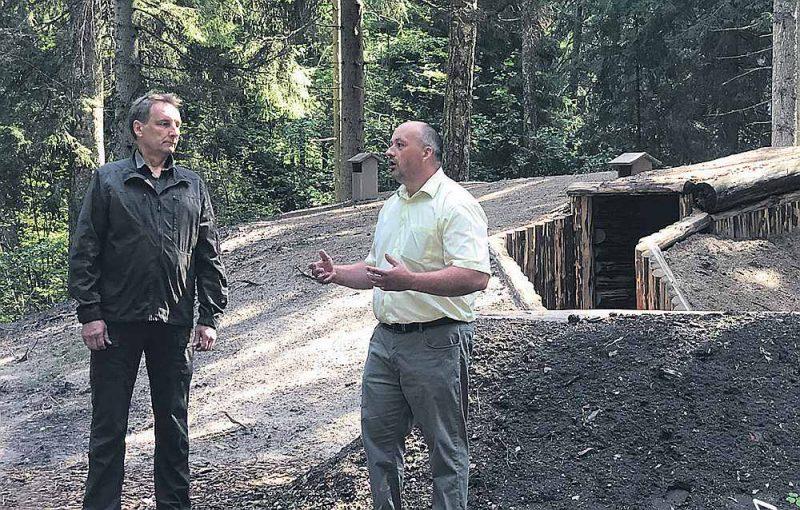 """""""LVM"""" valdes loceklis Edvīns Zakovics (no kreisās) un """"LVM"""" Meža apsaimniekošanas plānošanas daļas vadītājs Ziemeļkurzemes reģionā Andris Verners vienisprātis, ka atjaunotais Čevera grupas bunkurs ir īstā piemiņas vieta, kurp vērts atnākt ikvienam, bet īpaši jaunajai paaudzei, lai izzinātu latviešu tautas vēstures lappuses."""