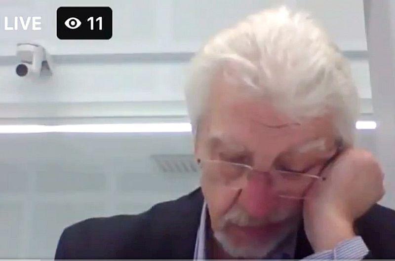 """Deputāti atzīst, ka attālinātais darbs atstāj iespaidu uz parlamenta darba kvalitāti. Viktors Valainis teica, ka bijuši arī gadījumi, kad deputāts varbūt iesnaudies pie datora. Iespējams, viens no tādiem gadījumiem bija šā gada 16. jūnijā. Saeimas plenārsēžu videoierakstā redzams, ka šajā attālinātajā ārkārtas sēdē Saeimas priekšsēdētājas biedre Inese Lībiņa-Egnere aicina Ārlietu komisijas deputātu Ojāru Ēriku Kalniņu (attēlā) ziņot par likumprojektu, taču uzrunātais O. Ē. Kalniņš ir noliecis galvu un sākumā nereaģē uz aicinājumu. Pēc tam viņš saka: """"Paga, es…"""", tad ietur pauzi, atbild: """"Nē, es vispār nebiju gatavs ziņot"""" – un izslēdz vai aizsedz sava datora ekrānu. Sēdes vadītāja aicina, vai par likumprojektu var ziņot Rihards Kols, kurš atzīst, ka bija domājis, ka """"Kalniņa kungs noziņos"""", bet tālāk pārņem ziņojumu."""