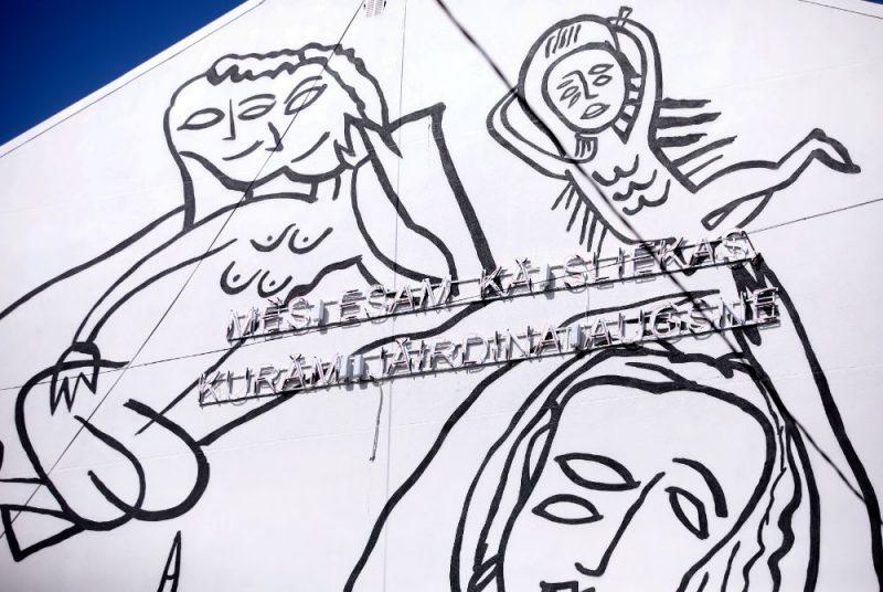 """Mākslinieka Kristiana Brektes gleznojums """"Veltījums Džemmai Skulmei"""" uz Rīgas 40.vidusskolas sienas."""