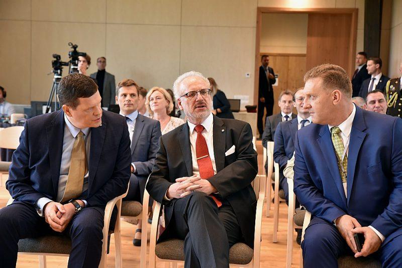 LLKC vadītājs Mārtiņš Cimermanis (no labās), Valsts prezidents Egils Levits un zemkopības ministrs Kaspars Gerhards diskusijā par izturētspējīgiem Latvijas laukiem pārtikai un nākamajām paaudzēm.