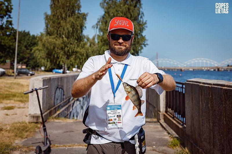 """""""Streetfishing"""" sacensību pirmā posma uzvarētājs individuālajā ieskaitē Matīss Lēnerts ar Daugavā noķertu asari."""