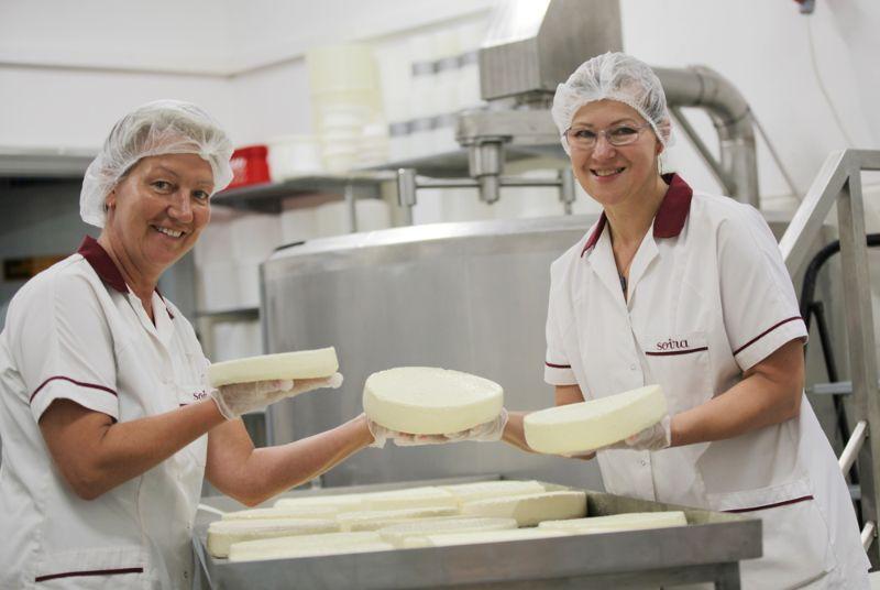 """""""Soiras"""" siera meistares Inga un Ilona (no kreisās) ir gan labas biznesa kolēģes, gan sirsnīgas draudzenes."""
