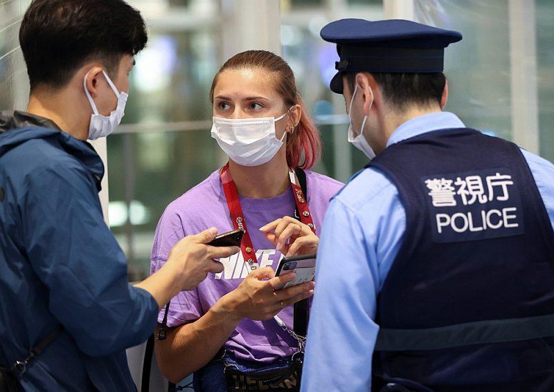 Kristina Cimanouska pēc vēršanās pie Japānas policijas Tokijas Hanedas lidostā.