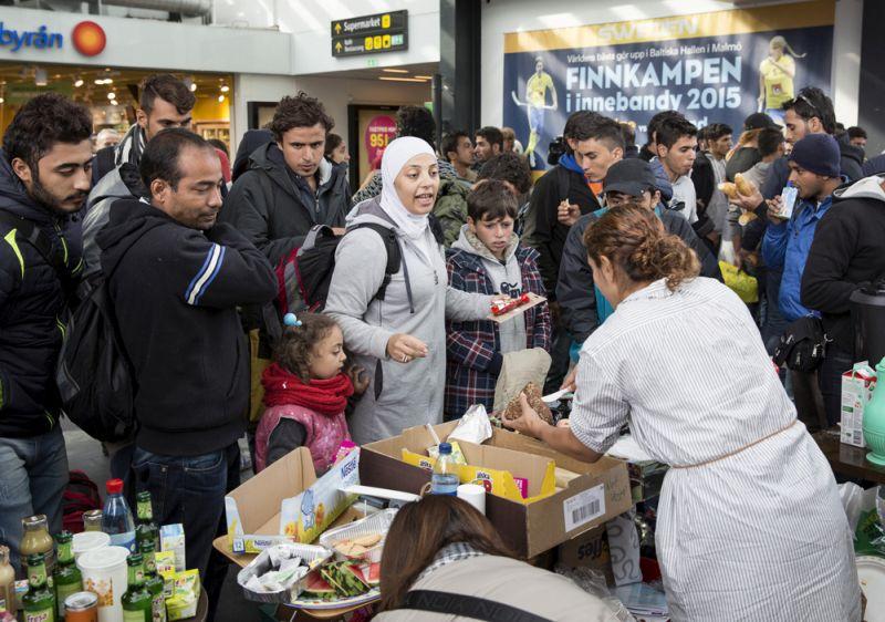 Zviedru brīvprātīgie izdala pārtiku migrantiem, kas 2015. gada septembrī ieradušies Malmes dzelzceļa stacijā. Zviedrija togad uzņēma vairāk nekā 160 000 patvēruma meklētāju, bet pēdējos gados imigrācija tiek ierobežota, jo ieceļotāju uzņemšana un integrācija prasa lielus ieguldījumus.