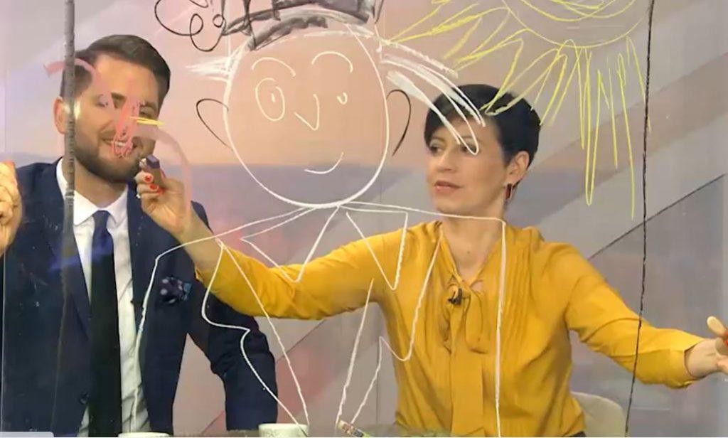 TV personība Arta Skuja ar kolēģi TV studijā.