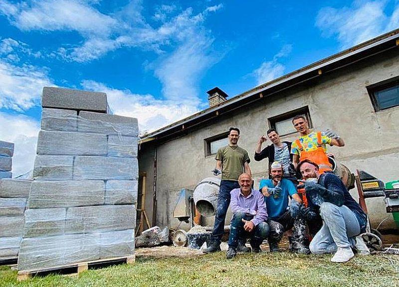 Pērnvasar no kaņepju šķiedras betona tika uzbūvēta mājas piebūve Iecavas novadā.Komanda (no kreisās) – Ivars Pinkulis, Edgars Lielausis, Jānis Lipšāns, Gatis Orlickis, Ernests Plūmiņš un kaimiņš Juris.