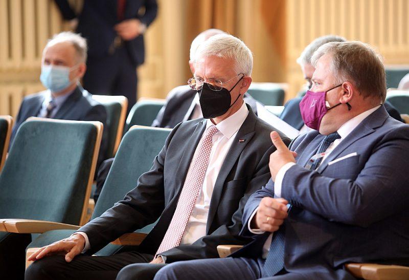 """Par Latvijas Pašvaldību savienības priekšsēdētāju atkārtoti ievēlēts Gints Kaminskis (no labās), kuram valdības vadītājs Krišjānis Kariņš īpaši pateicās """"par ļoti veiksmīgo sadarbību un atvērto diskusiju"""", kāda valdībai bijusi ar pašvaldībām."""
