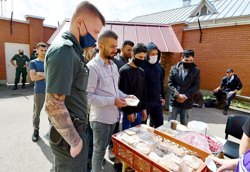 """Uz Latvijas–Baltkrievijas robežas aizturēto robežpārkāpēju pusdienlaiks aizturēto ārzemnieku izmitināšanas centrā """"Daugavpils""""."""