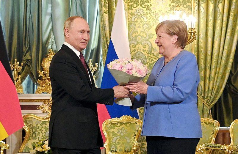 Vēršoties pie kancleres Angelas Merkeles, prezidents Vladimirs Putins izteicās, ka Vācija ir viens no Krievijas galvenajiem partneriem, taču viņa pasniegtais ziedu pušķis nemainīja sarunu vēso gaisotni.