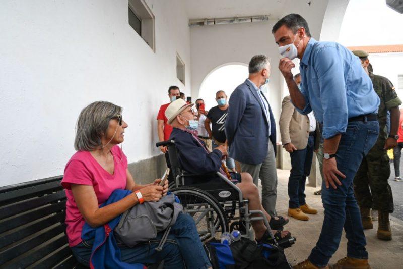 Spānijas premjerministrs Pedro Sančess, apmeklējot izmitināšanas centru cilvēkiem, kurus ietekmējis vulkāna izvirdums.