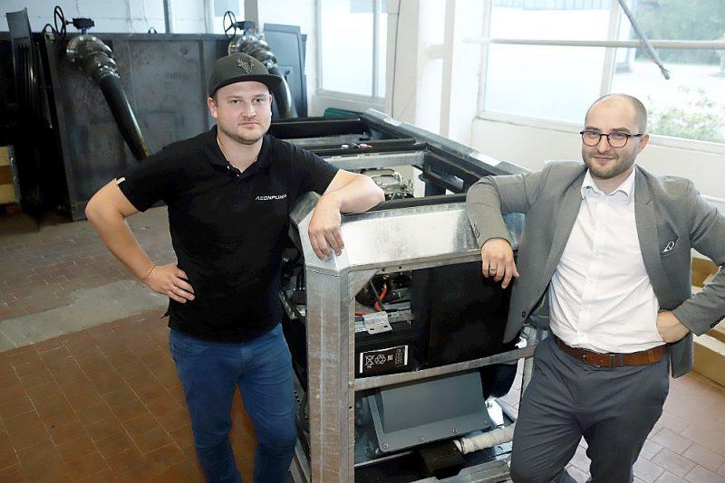 """""""Mūsu mērķis ir sākt šo iekārtu ražošanu sērijveidā,"""" saka uzņēmuma """"Aeonpump"""" līdzīpašnieki Mārtiņš Pastars (no labās) un Igors Gorkins."""