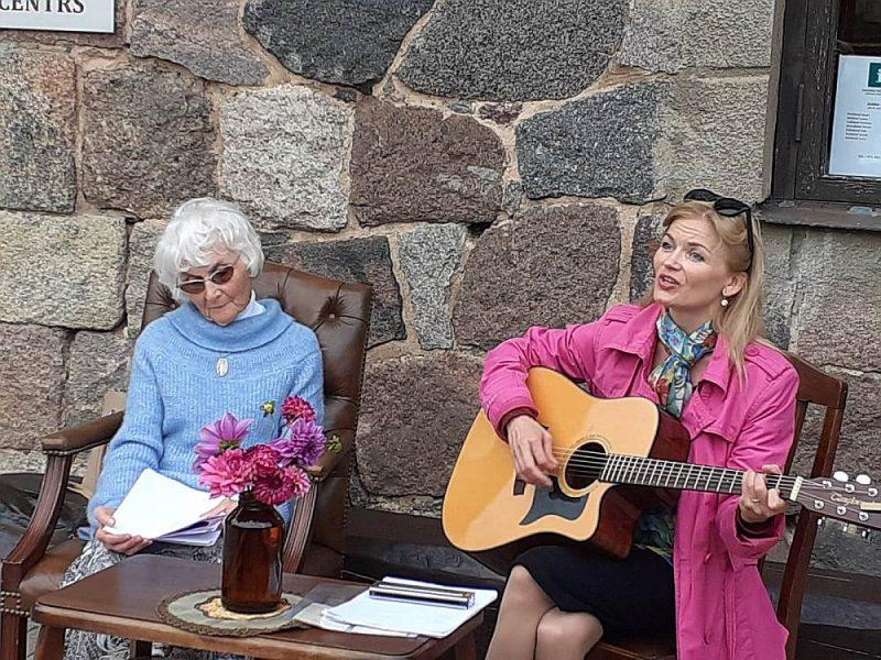 Elīna Līce (no labās) savas mammas Andas Līces dzejas noskaņas papildināja ar mūziku.