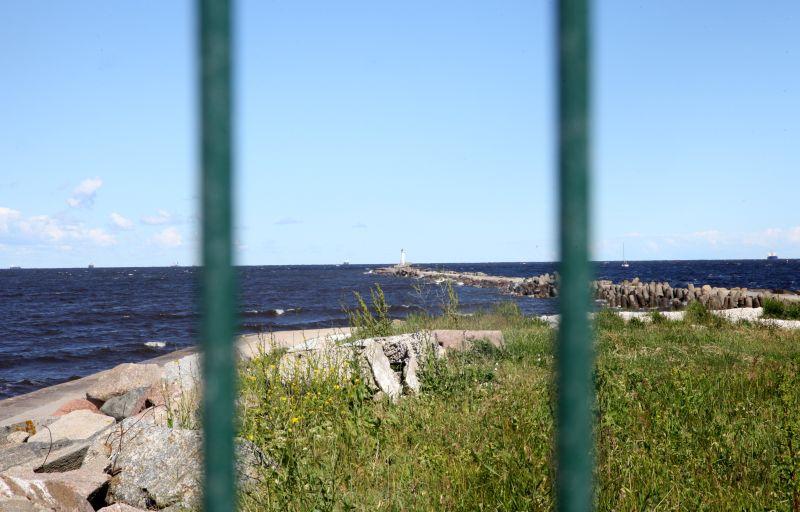 Skats uz jūru un Daugavgrīvas molu no Daugavgrīvas bākas mūsdienās.