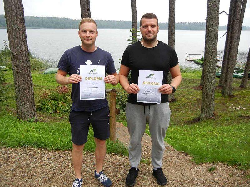 Spiningošanas sacensību LVM Gulbju ezera posma uzvarētāji Artūrs Dzeguze un Rihards Lapčenko.