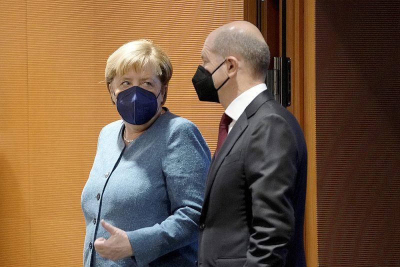 Aizejošā Vācijas kanclere Angela Merkele un priekšvēlēšanu aptauju favorīts – sociāldemokrātu (SPD) kandidāts, tagadējais finanšu ministrs Olafs Šolcs pirms federālās valdības sēdes Berlīnē 22. septembrī. Pēc Bundestāga vēlēšanām, iespējams, Šolcs sastādīs valdību, tomēr Merkeles mantojums nezudīs.