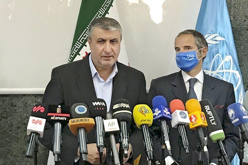 Starptautiskās atomenerģijas aģentūras (IAEA) vadītājs Rafaels Grosi (no labās) un Irānas kodolenerģētikas aģentūras direktors Mohameds Eslami kopīgā preses konferencē Teherānā paziņo par vienošanos turpināt IAEA kontroli Irānas kodolobjektos.