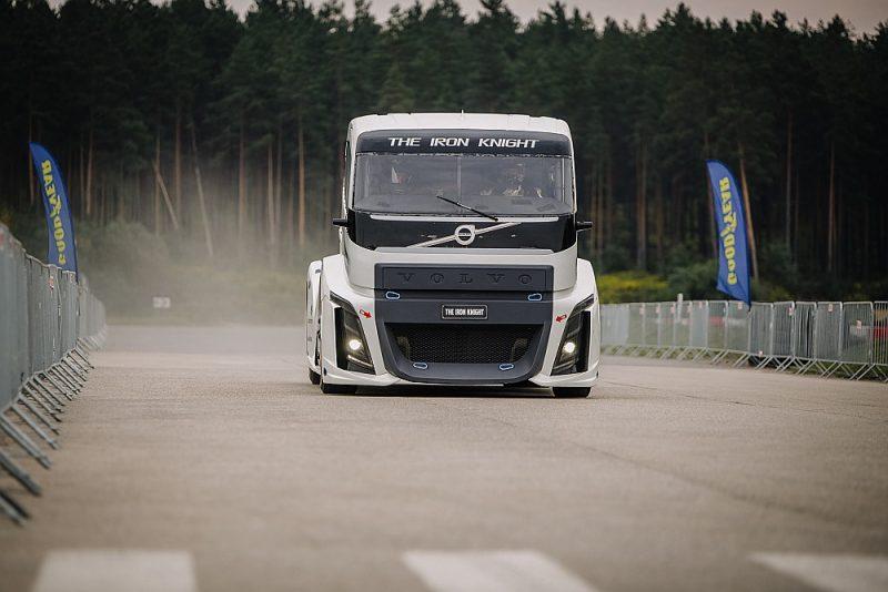 """Pasaules rekordists kravas auto sprintā """"Volvo Iron Knight"""" ieradies Rīgā."""