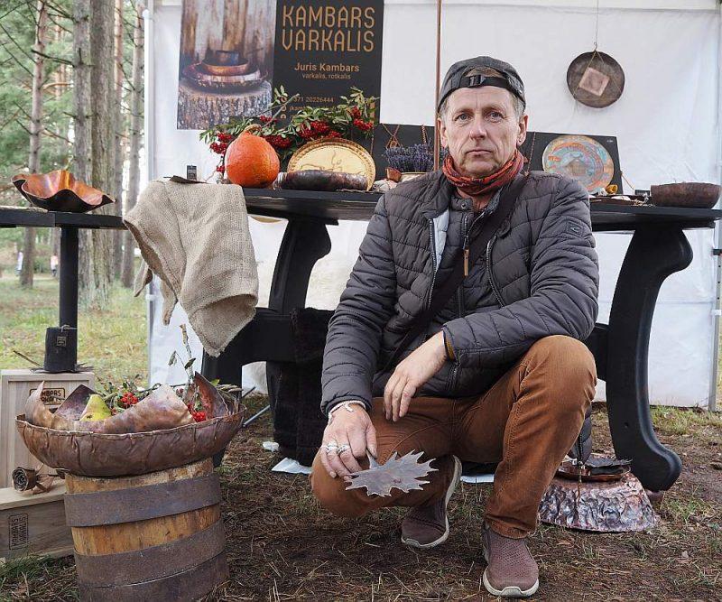Varkalis Juris Kambars piedāvā dārza priekšmetus no gofrēta vara.
