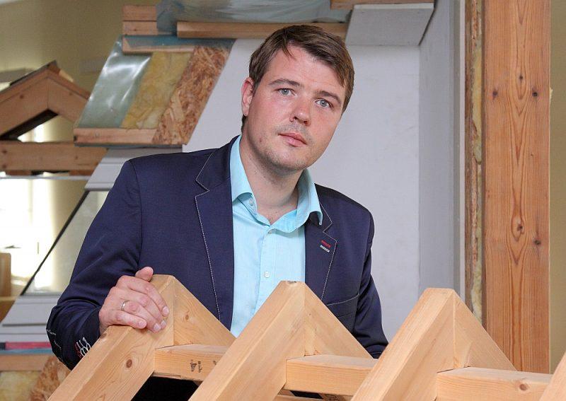 """Kokrūpniecības federācijas izpilddirektors Kristaps Klauss: """"Latvijas ražotāji tiek nostādīti nevienlīdzīgā konkurences situācijā ar citiem Eiropas ražotājiem, jo citur šādu ierobežojumu nav – tas ir objektīvs fakts. Tādēļ, pat atbalstot valsts noteiktās sankcijas pret Baltkrieviju, mēs zāģējam zaru, uz kura paši sēžam."""""""