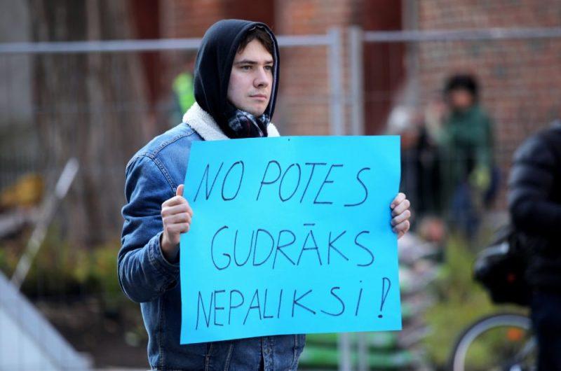 Protestā pie Saeimas lūdz pret Covid-19 nevakcinētajiem studentiem atļaut turpināt studijas klātienē