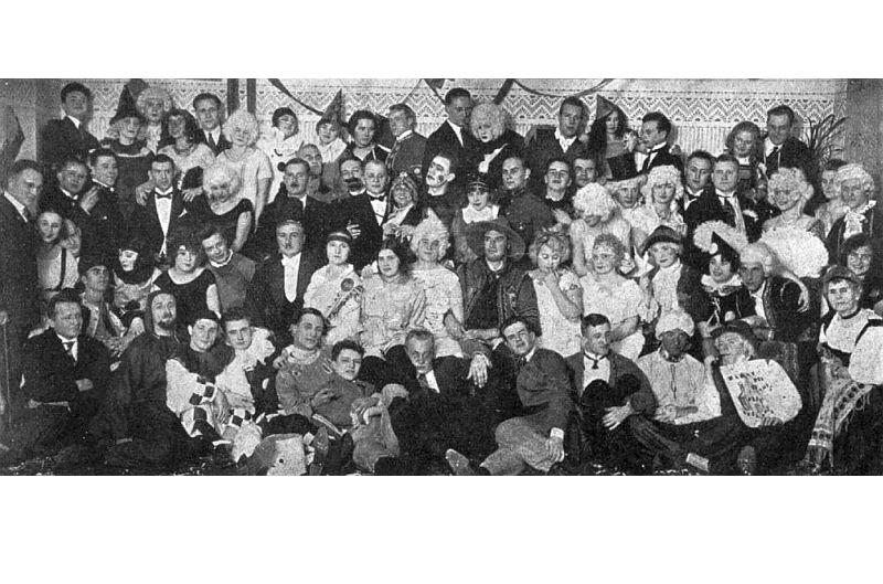 Studentu maskuballes dalībnieki 20. gados.