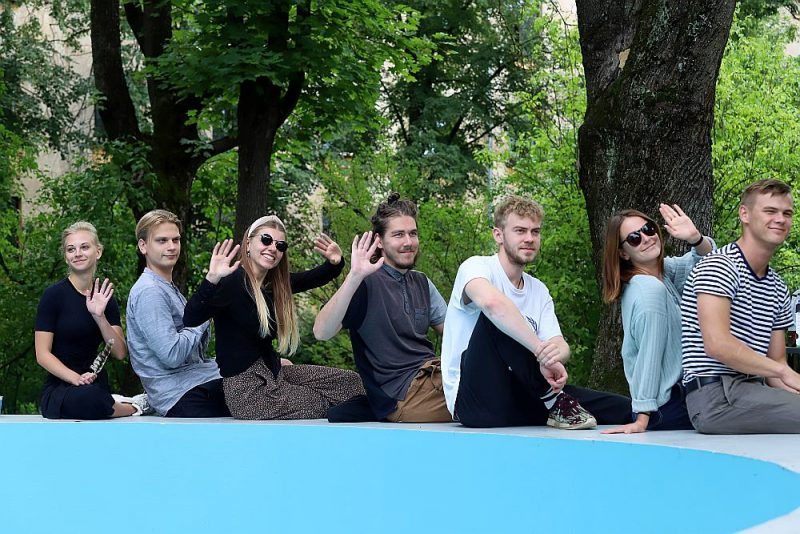 Augusta beigās Rīgā bija iespēja sastapties ar jaunajiem aktieriem, kuri sāks darbu Liepājas teātrī. Attēlā: Madara Viļčuka (no kreisās), Kārlis Ērglis, Agnija Dreimane, Hugo Puriņš, Valts Skuja, Kintija Stūre, Artūrs Irbe.