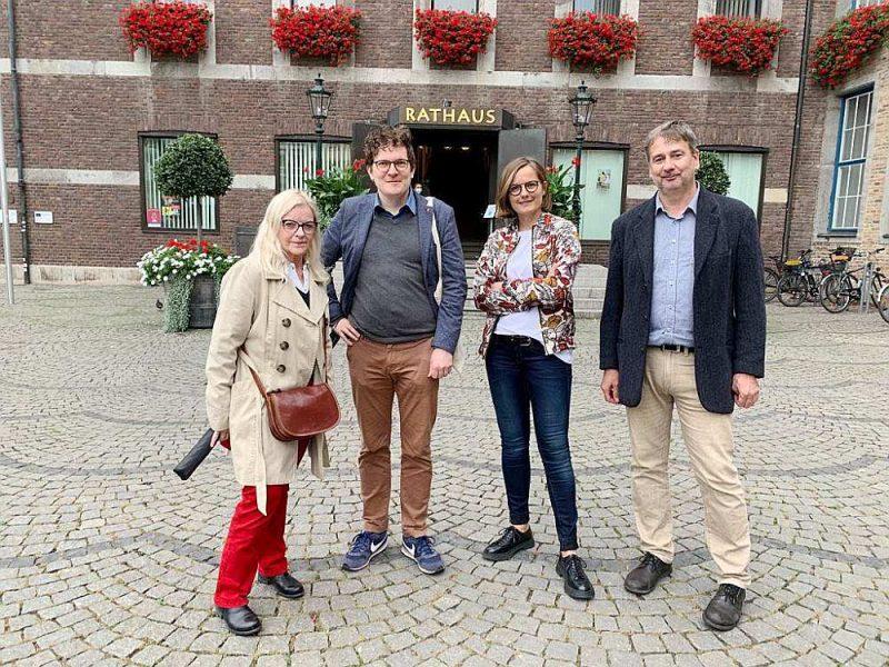 Zandas komanda, partijas biedri, kuri rūpējās par priekšvēlēšanu kampaņu, – pie Diseldorfas domes pirms rezultātu sagaidīšanas. No kreisās: Petra Īme, Janss Stēfers, Zanda Martena, Detlefs Rihters.