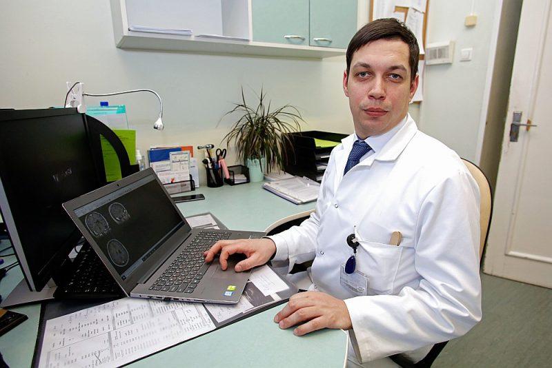 Jāņa Mednieka zinātniskā pētījuma tēma – kā locītavu saslimšanas ietekmē smadzenes.