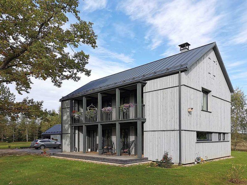 """""""Gaišļu"""" mājas. Par ārējo apšuvumu mājai Rolands Melbārdis izmantojis neēvelētus koka dēļus, kas nokrāsoti ar kokdarvas krāsu. Starp kaņepju spaļu vieglbetona sienu un ārējās apdares materiālu tika atstāta sprauga gaisa cirkulācijai."""