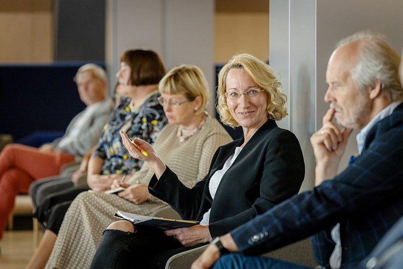 """Ar viedokļiem par Latviešu valodas iespiestā vārda piecsimtgades programmu dalījās plašs dažādu jomu speciālistu loks, arī Latvijas Nacionālā mākslas muzeja direktore Māra Lāce (no kreisās), fonda """"Viegli"""" dibinātāja Žaneta Jaunzeme-Grende, Eiropas Parlamenta deputāte Dace Melbārde un arhitekts Jānis Dripe (trīs pēdējie katrs savā laikā ieņēmuši arī kultūras ministra posteni)."""