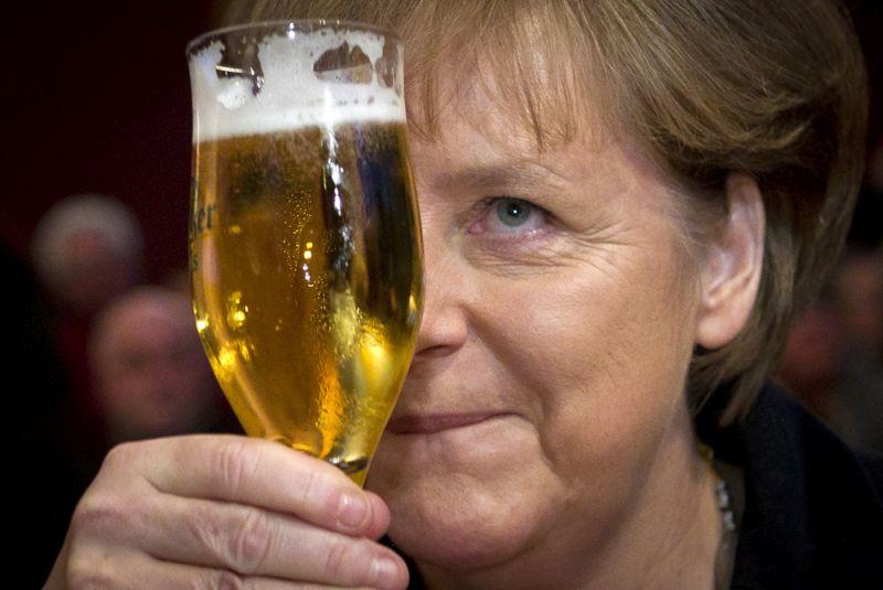 """Vācijas parlamenta vēlēšanas 26. septembrī pieliks punktu Angelas Merkeles valdīšanai, jo pēc 16 gadiem kancleres amatā viņa nolēmusi vairs nekandidēt uz nākamo termiņu. Vāciešiem nebūs viegli atrast cienīgu pēcteci Merkelei, kas ar savu mieru un savaldību krīzes situācijās izpelnījusies """"nācijas mātes"""" titulu Vācijā, kā arī cieņu un pat apbrīnu citviet Eiropā un pasaulē."""