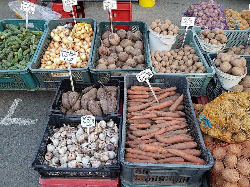 Zemniekiem daudz izdevīgāk tirgoties Nakts tirgū nekā Rīgas Centrāltirgus Sakņu paviljonā.