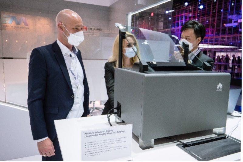 AR-HUD demonstrācija pie Huawei kabīnes.