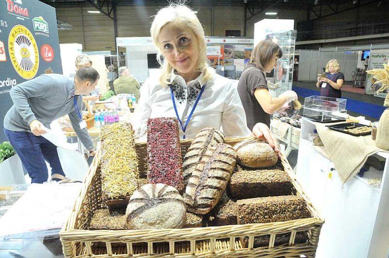 """Šogad izstādē """"Riga Food"""" daudzi uzņēmumi ar saviem sezonas jaunumiem izlēmuši apvienoties vietējo ražotāju kopstendā, kā to dara maiznieki. Iveta Sokolova, """"Orklas"""" grupā ietilpstošās SIA """"LaNordija"""" produktu attīstības vadītāja, piedāvā maizi ar nebijušu garšu."""