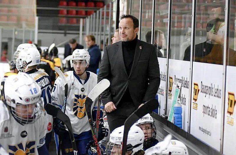 """Oļegs Sorokins turpina iepazīt hokeja skolas """"Rīga"""" spēlētāju varējumu."""