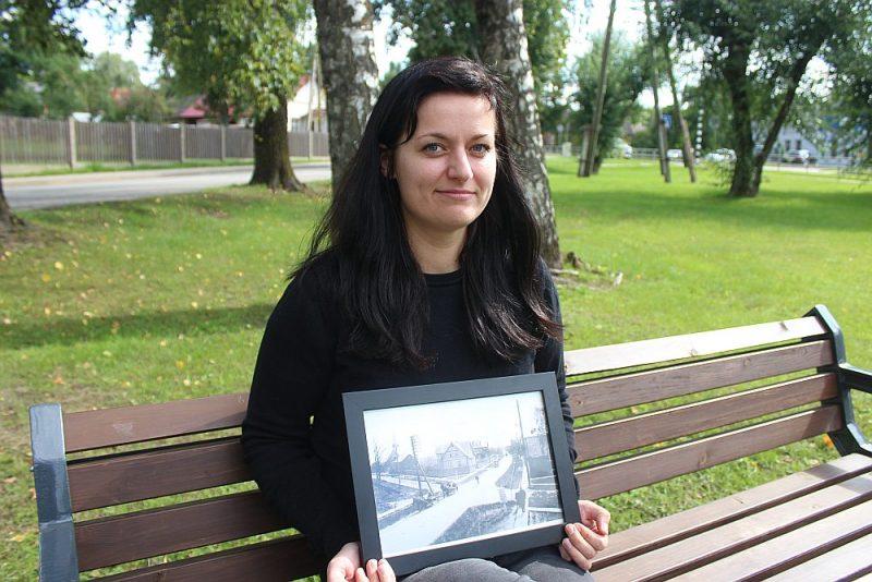 Topošās grāmatas par Abreni autore Linda Vorpe. Rokās viņai fotogrāfija no Balvu Valsts ģimnāzijas muzeja arhīva – tā izskatījās Abrene 1938. gadā.