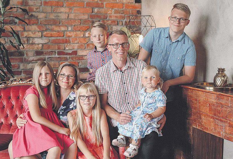 Zeimaņu ģimene – Samanta (no kreisās), Indra, Amanda, Jānis un Rūta, aizmugurē stāv Matīss un vecākais dēls Toms.