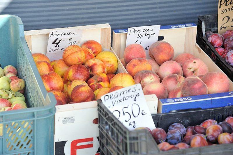 """Lai arī nektarīni un persiki nav Latvijai raksturīgie augļi, atsevišķi tirgotāji ārpusē pie """"Rimi"""" veikala Zolitūdē tiem pamanās  piemērot samazināto 5% PVN likmi."""
