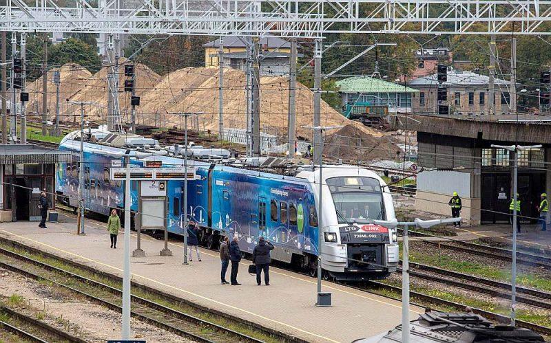 """""""Eiropas savienošanas ekspreša"""" Baltijas vilciens trešdien uz pāris stundām pieturēja Rīgas Centrālajā dzelzceļa stacijā – būvlaukumā."""