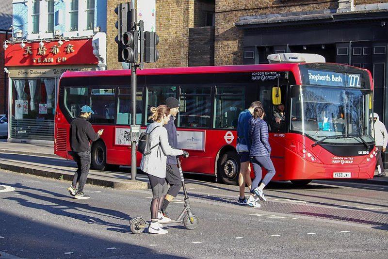 Kaut Londonā drīkst braukt tikai ar īres skuteriem, nepārsniedzot ātrumu 13 km/h, jaunieši lieto personīgos visur, kur vien iespējams.
