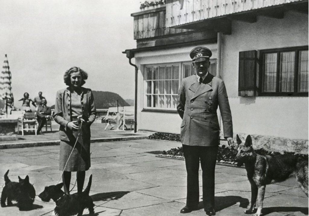 Ādolfs Hitlers kopā ar savu sievu Evu Braunu un abu suņiem.