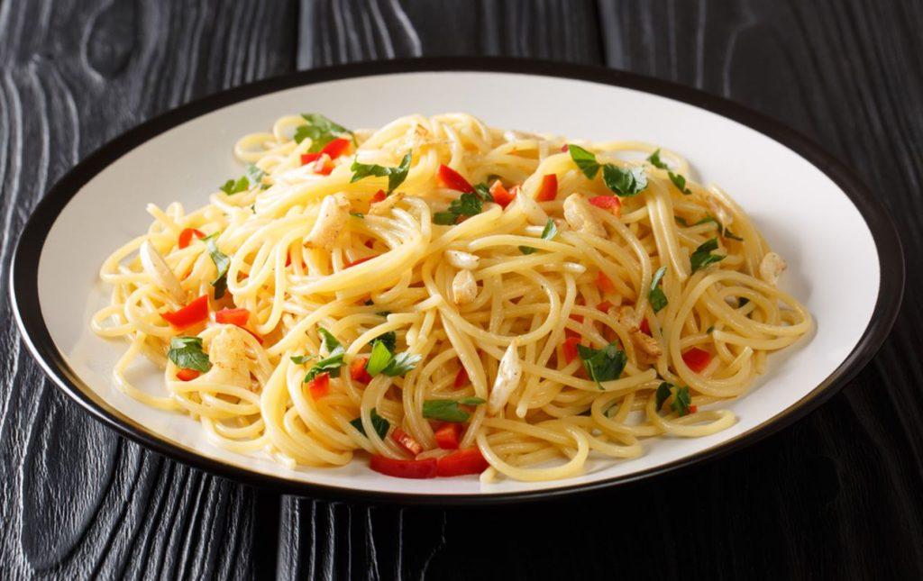 """""""Aglio e Olio"""" – pasta ar citrona miziņu, pētersīļiem, ķiplokiem un olīveļļu."""