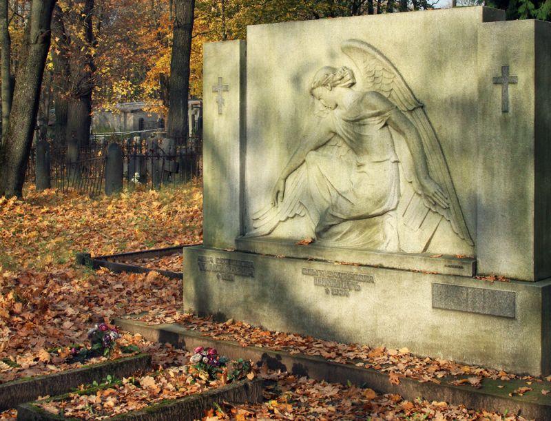 Piemineklis Pokrova kapsētā.
