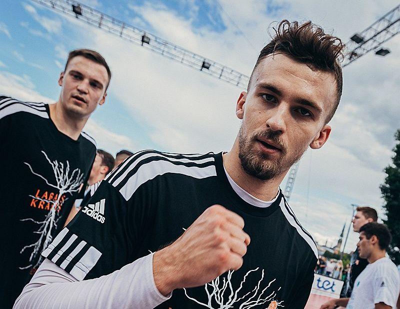 """No Kristera Zorika šosezon tiek gaidīts vēl viens solis uz priekšu, un viņa piemēram centīsies sekot """"VEF Rīga"""" jaunpienācējs Anrijs Miška (fonā)."""
