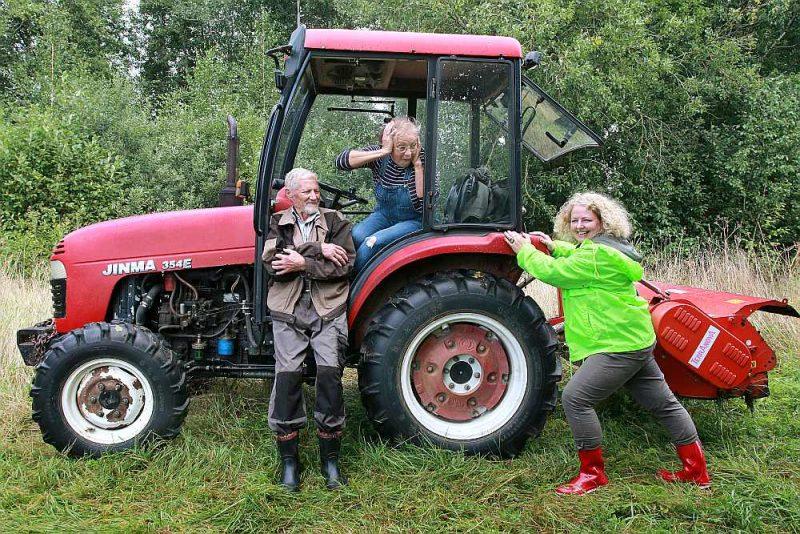 """Meža konsultante Sigita Vaivade: """"Te mēs varam redzēt latvieša turēšanos pie meža, darbošanos. Šobrīd Rūdolfam Paeglem kopjami deviņi ha, ko viņš arī dara, katram kociņam paklanoties."""" Silvija Paegle traktorā saķērusi galvu."""