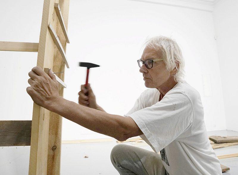 Larss Vilks gatavojoties mūsdienu mākslas izstādei šā gada augustā Varšavā, Polijā.
