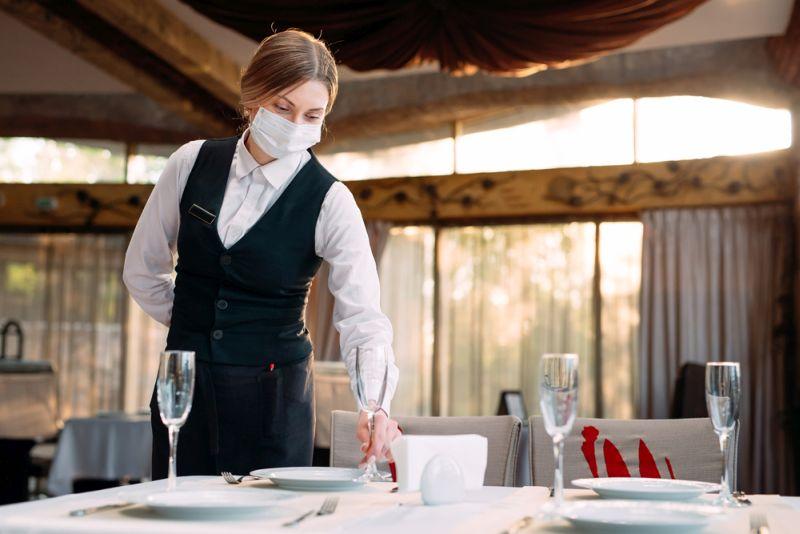 Lai gan ēdināšanas nozare nav viena no tām, kuru rudenī sagaida papildu ierobežojumi, restorānu īpašnieki jauno sezonu gaida ar bažām. Laikapstākļu dēļ terases drīz vien nāksies vērt ciet, un vakcinācijas temps aug lēni – vai iekštelpās maltīti baudīs pietiekami daudz cilvēku, lai restorāni varētu izdzīvot?